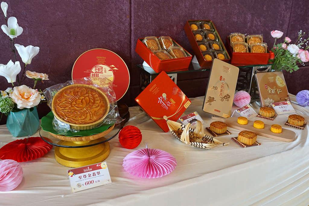 共发布6款特色月饼:至尊金翡翠、经典金翡翠、金腿伍仁、精品御月、迷你八喜、流心奶黄月