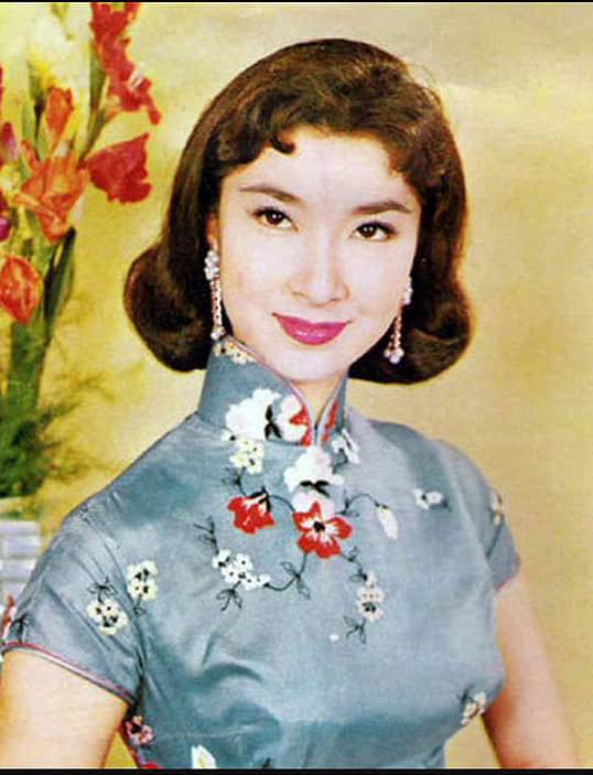 """(图四)60年代穿着""""肩襟"""" 长衫的香港影星乐蒂,门襟开于右肩。"""