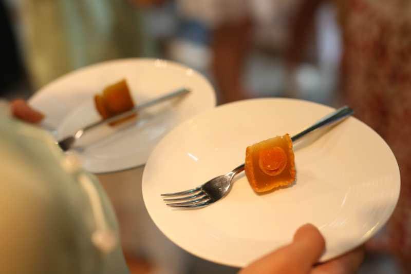 品尝月饼时,需小口品尝,将月饼含在口中,让味蕾不断感受馅料的层次