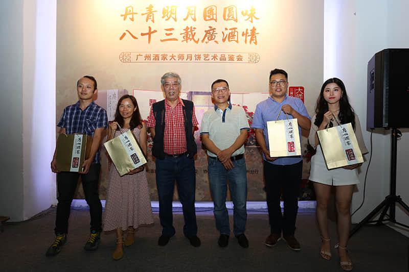 广州酒家向媒体代表致送大师月饼