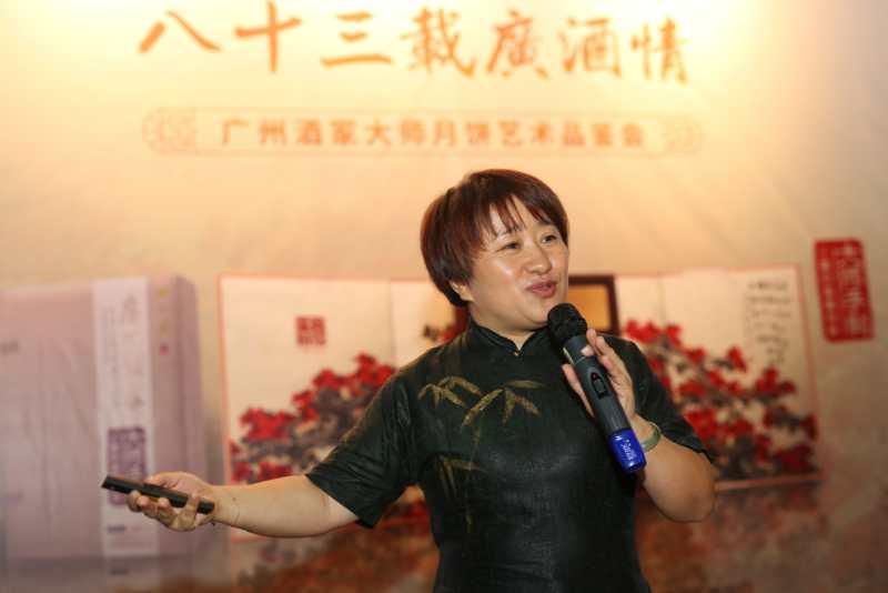 广州酒家市场部总监苏鸿飞女士介绍大师月饼制作过程