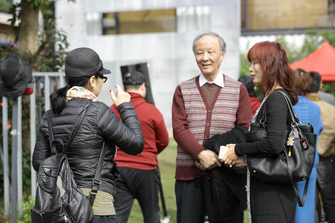 图为马明达教授(右二)与门敢红女士(右一)交流