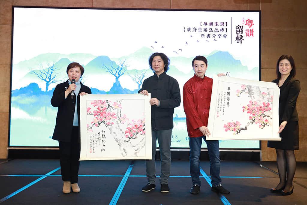 创作团队代表梁天山与谭永良向赞助品牌致送字画