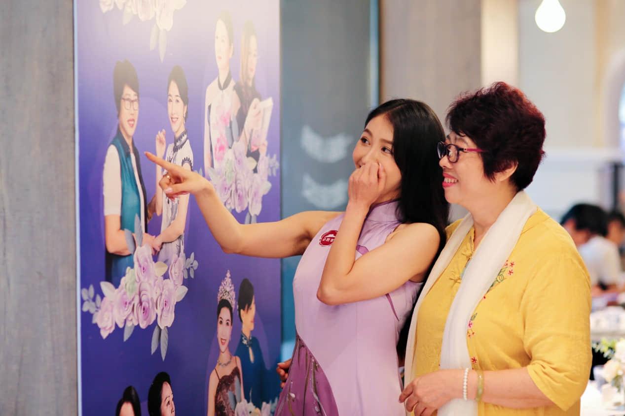 """维维和妈妈一起欣赏""""花young妈妈""""照片墙"""