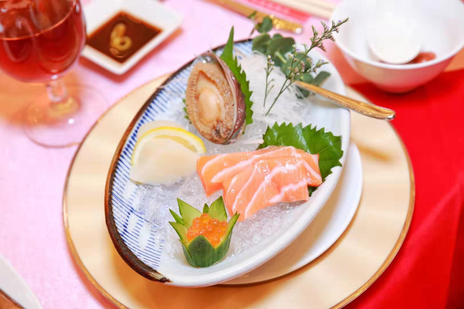冰镇鲍鱼三文鱼:选取大连鲍、挪威三文鱼、加拿大带子,这是三大海产品完美组合,每一口都充满海洋风味,大口尝鲜不能停。鲍鱼肉质丰满,原汁原味;肥美三文鱼,厨师手起刀落,肉身肥厚;带子的鲜味层次更加丰富。