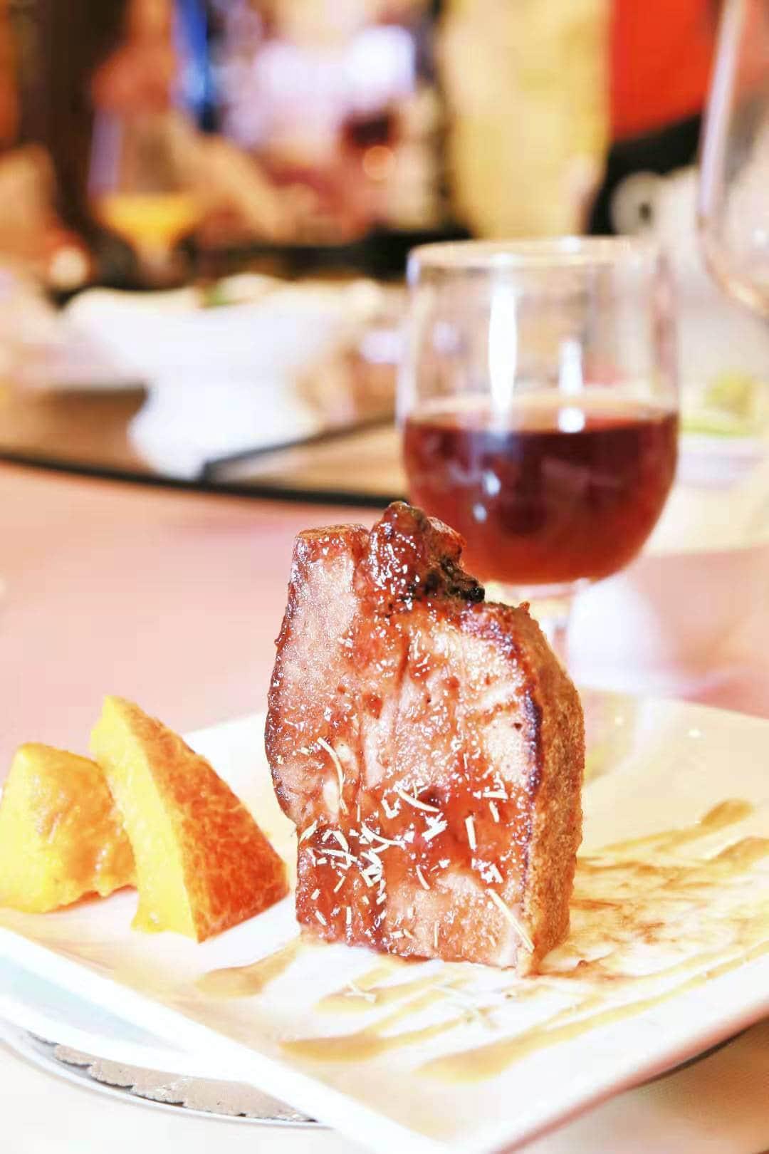 菠酱烧海鲜猪:由腊味部的主理人阿波研发的酱汁,口感独特,烧出来的猪,拌南瓜同吃,特别甘香和惹味。