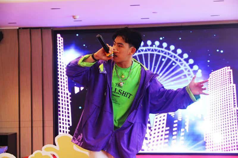 邀请著名说唱歌手CJ到场助庆