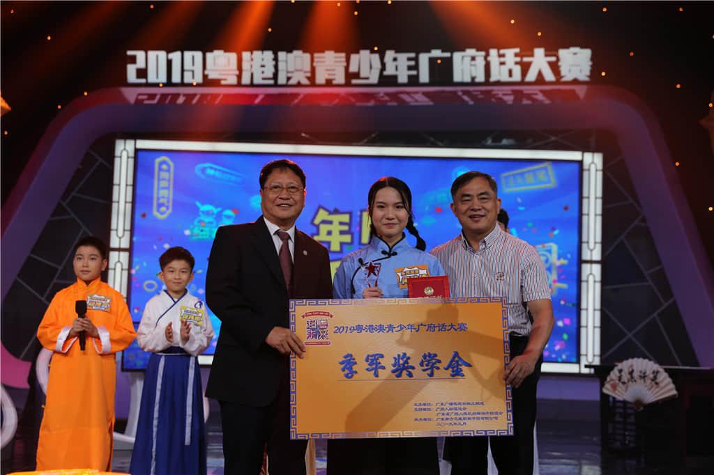 季军是何咏诗(14岁,<香港>东莞工商总会刘百乐中学)。
