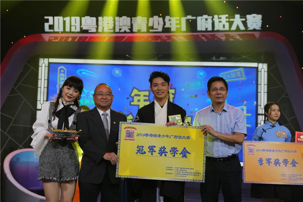 冠军是邱俊玮(18岁,广州大学)