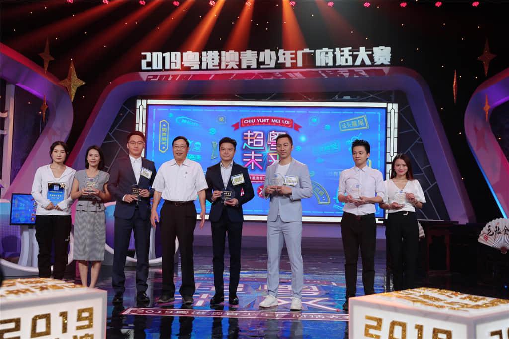广东广播电视台领导向支持单位颁喜马拉雅FM、羊城网、湃师传媒艺考赠纪念奖座