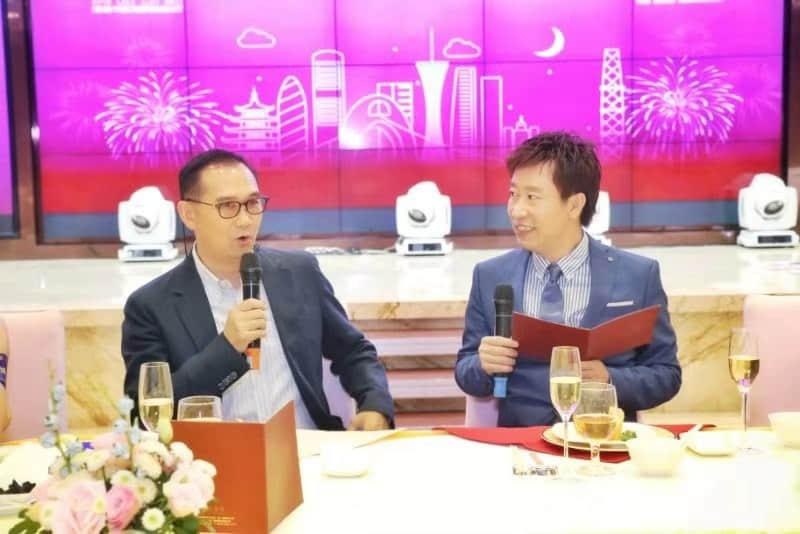 刘伟良先生(左)接受著名电台节目主持人陆宪邦(右)采访