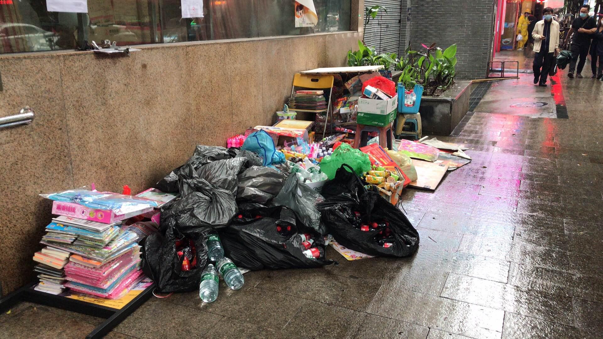 报刊亭的物品被清空放到了被雨水打湿的路上