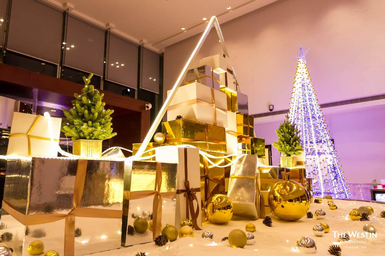 点亮后的圣诞树